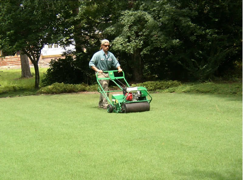/Images/GOLANDSCAPESUNLIMITED/images/PhotoGallery/Maintenance/Aeration.jpg
